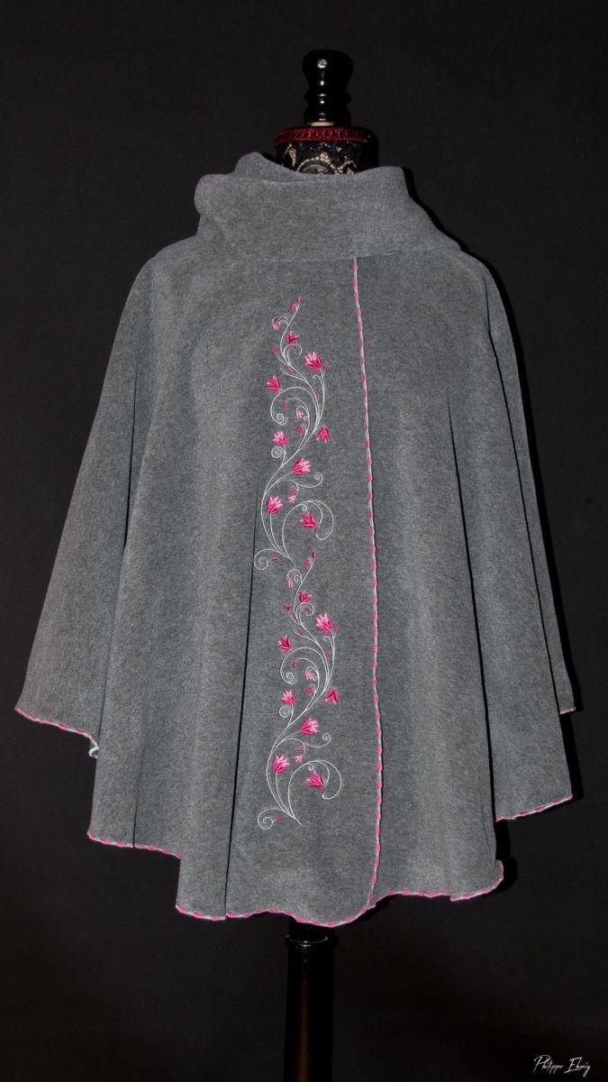 Cape brodée : Fleurs clochettes fushia, vêtement femme